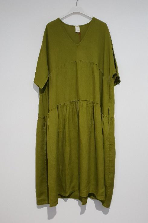 The Brie Italian linen dress with V neck is the simplest yet most stylish summer dress just right for every occasion – flattering, feminine. dress-102-brie-07-acid-green