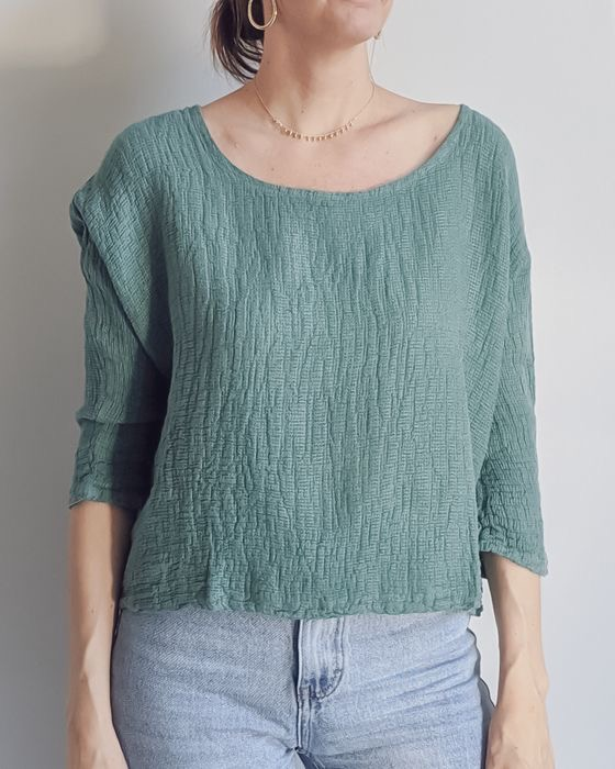 The stylish Iris top is ever popular in an open weave Italian linen/cotton fabric – great for layering or on its own with 3/4 sleeves and a very wearable length. top-105-iris-01-teal