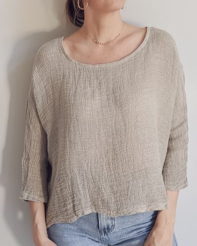 The stylish Iris top is ever popular in an open weave Italian linen/cotton fabric – great for layering or on its own with 3/4 sleeves and a very wearable length. top-105-iris-02-pebble